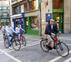 Enmarcado en la Semana europea de la movilidad, el Ayuntamiento de Pamplona organizó ayer por la tarde una ruta en bicicleta por el Casco Antiguo de la ciudad para impartir consejos sobre la circulación vial. En la imagen, algunos de los participantes