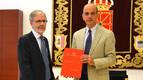 José Antonio Sánchez (i) entrega la Memoria de la Fiscalía a Alberto Catalán (d)