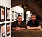 Los ilustradores Javier Muñoz (izquierda) y Nicolás Aznárez, en la Sala de Armas de la Ciudadela de Pamplona