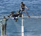 Unos 250 inmigrantes intentan un nuevo asalto a la valla de Ceuta sin éxito