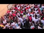 Cientos de jóvenes alargan la fiesta hasta el 'Encierro de la villavesa'