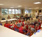 Cruz Roja realiza una visita con niños a la residencia El Vergel