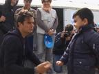 Orlando Bloom visita a niños refugiados en Macedonia