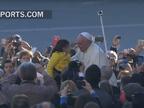 Dos niños de Pamplona se dan un paseo con el Papa en el papamóvil