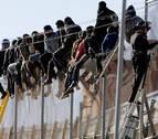 Unos 50 inmigrantes logran entrar a Melilla en un salto masivo a la valla
