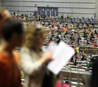 Imagen de una oposición numerosa con los candidatos realizando sus exámenes.