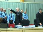 Breivik se presenta ante un tribunal noruego realizando el saludo nazi