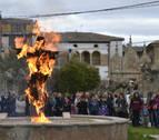El fuego quema a los 'judas' de la merindad y pone el broche final a la Semana Santa