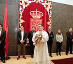 La visita del ángel de Aralar al Parlamento de Navarra une a Geroa Bai, UPN y PP