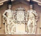 Hoy empiezan a quitar la cruz laureada del Palacio de Navarra