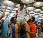 Sergio Fernández, recibido como un héroe en el aeropuerto de Barajas