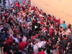 Cientos de jóvenes alargan la fiesta con el 'Encierro de la villavesa'