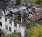 Personas sin hogar malviven en las ruinas de una casa en Curtidores