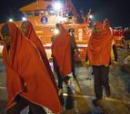 Rescatadas cinco personas de una patera en aguas del Estrecho