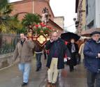 San Sebastián desafía en Andosilla el frío y la nieve y recorre el casco viejo