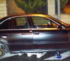 Les pillan robando las ruedas de un coche y acceden a colocarlas de nuevo