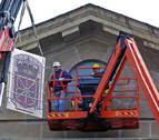 El nuevo escudo de vidrio ya luce en la fachada principal del Palacio de Navarra