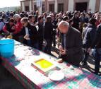 Cientos de personas se empapan de aceite y sol en el Día de la Tostada de Arróniz