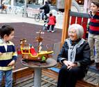 Abuelos que cuidan a sus nietos en las vacaciones de carnaval