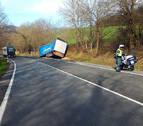 Resulta ileso tras salirse a la cuneta con un camión cargado de vinagre en Lantz