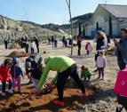 Niños de Arguedas y Fustiñana celebran el Día del árbol