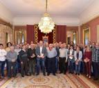 El Ayuntamiento recibe a la Peña Los Irunshemes en el centenario de su fundación