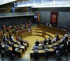 La presencia de banderas de Navarra y republicana obliga a parar el debate sobre la ley de Símbolos