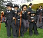 600 personas se disfrazan de Charles Chaplin para celebrar su 128 cumpleaños