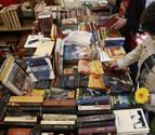 El buen tiempo y los descuentos animan las ventas de libros en Pamplona