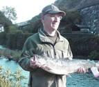 Pagan 1.800 euros por el primer salmón de la temporada en el Bidasoa
