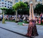 Invertidos por el arte: una 'performance' en la avenida Carlos III de Pamplona