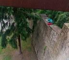 Un hombre se duerme sobre el canto de la muralla de Pamplona
