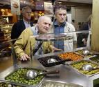 Antonio López y Juan José Aquerreta, de compras en el Mercado del Ensanche
