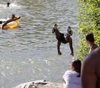Alertan del peligro de saltar al río Arga por el bajo caudal de las aguas
