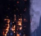 Un transeúnte cogió al vuelo a un bebé que lanzaron de la torre en llamas en Londres