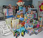 Una baztanesa dona sus regalos de la Comunión para niños enfermos de cáncer