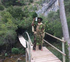 Una nueva pasarela salva el río en el sendero del Ubagua