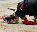 Román recibe una oreja en el tercer toro tras ser cogido al entrar a matar