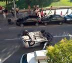 Espectacular vuelco de un vehículo en la calle Río Arga de Pamplona