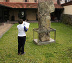 El menhir de Soalar en Elizondo sufre un deterioro que exige su traslado