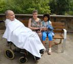 Un hombre de 95 años en silla de ruedas, entre los desalojados del incendio de Pamplona