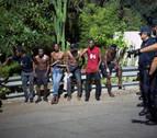 Unos 200 migrantes entran en Ceuta a la carrera por la frontera del Tarajal