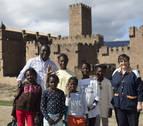 Acróbatas africanas frente al Castillo de Javier