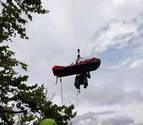 Rescatan a un parapentista colgado a más de 100 metros del suelo