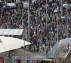 Unos 400 inmigrantes asaltan la frontera de Ceuta, y dos de ellos entran heridos