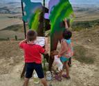 Voluntarios limpian los grafitis del Monumento al Peregrino en El Perdón
