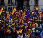 Miles de personas se concentran ante ayuntamientos de toda España contra el referéndum