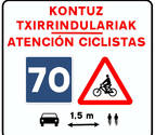 Señal de convivencia en las carreteras navarras entre ciclistas y conductores
