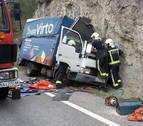 Herido tras quedar atrapado en su camión al salirse de la vía en Burgui