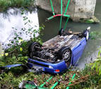 Cuatro jóvenes, ilesos tras salirse de la vía y caer al río en Urdiain